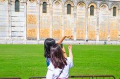 De toeristenreiziger de Aziatische Chinese, Japanse vrouwelijke vrouwenmeisjes stellen, hebbend pret, maakt stereotiepe foto's stock foto