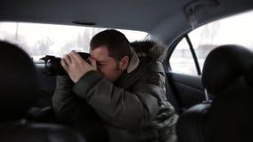 De toeristenritten in een taxi en nemen beelden van de landschappen van de autowinter stock video