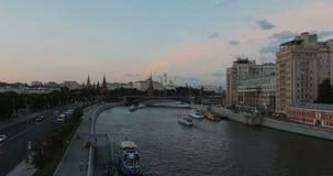 De toeristenschepen navigeren in de rivier Timelapse van Moskou Mening van Moskou het Kremlin en de Rivier van Moskou, Moskou, Ru stock footage