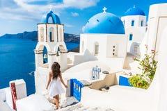 De toeristenvrouw van de Santorinireis op vakantie in Oia stock fotografie