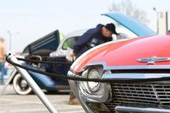 De toeschouwers bekijken Voertuigen op Vertoning bij Klassiek Car Show royalty-vrije stock foto's