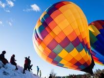 De toeschouwers die hete lucht op ballons letten blazen op en stijgen op Royalty-vrije Stock Foto