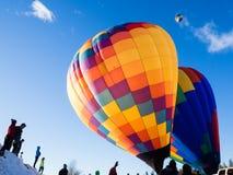 De toeschouwers die hete lucht op ballons letten blazen op en stijgen op Stock Fotografie