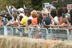 De toeschouwers gebruiken Hun Slimme Telefoons aan het Vakje van de Documentzeep Derby royalty-vrije stock foto's