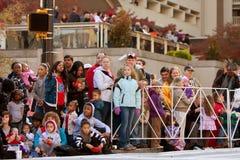 De toeschouwers letten Kerstmis op Parade in Atlanta Stock Foto's