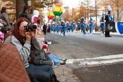 De toeschouwers letten Kerstmis op Parade van Atlanta royalty-vrije stock fotografie