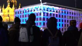 De toeschouwers letten op Licht tonen Festival van Lichten Licht toon op Stadsstraten stock videobeelden