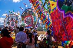De toeschouwers letten op reuzevliegers, de Dag van Alle Heiligen, Guatemala Stock Afbeeldingen