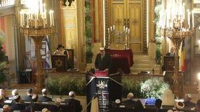 De toespraak van Klaus Johannis binnen de synagoge stock videobeelden