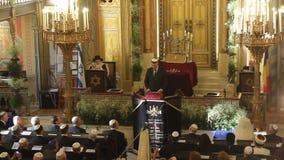 De toespraak van Klaus Johannis binnen de synagoge stock footage