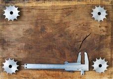De toestellen en de beugel van techniekhulpmiddelen op houten lijst Verschillende 3d bal Royalty-vrije Stock Foto