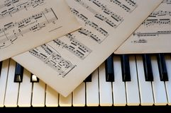 De toetsenborden van de piano met nota's Royalty-vrije Stock Foto's