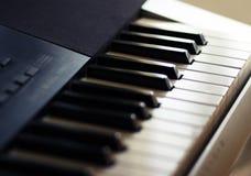 De toetsenbordsynthesizer voor prestaties van diverse muzikale partijen bevindt zich royalty-vrije stock afbeelding
