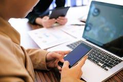 De Toevallige bedrijfsvrouw werkt online aan laptop wat op k overhandigen stock foto