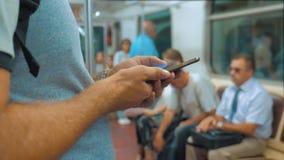 De toevallige lezing van de reizigersmens van mobiele telefoonsmartphone schrijft het berichtenscherm terwijl blikken de navigato stock videobeelden