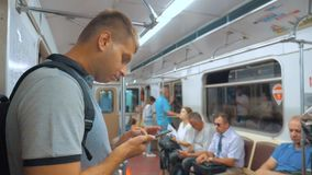 De toevallige lezing van de reizigersmens van mobiele telefoonsmartphone schrijft het berichtenscherm terwijl blikken de navigato stock video