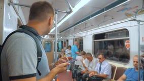 De toevallige lezing van de reizigersmens van mobiele telefoonsmartphone schrijft het berichtenscherm terwijl blikken de navigato stock footage