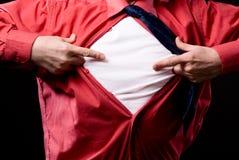 De toevallige mens die met beide handen aan zijn witte t-shirt richten isoleert Stock Afbeeldingen