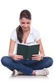 De toevallige vrouw zit & leest boek royalty-vrije stock fotografie