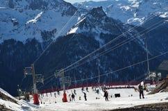 De toevlucht van de Artousteski tegen de bergketen Stock Foto