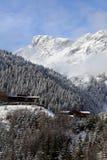De toevlucht van de berg met piek op achtergrond Royalty-vrije Stock Foto's