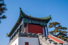 De Toevlucht van de Chengdeberg in Putuo, Hebei-Provincie door de Tempel van het hoofdgebouw van het Rode Huis stock afbeeldingen