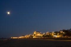 De toevlucht van de kust onder maanlicht Stock Fotografie