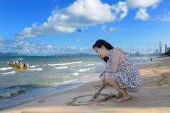 De toevlucht van de kust Zandig strand en tropische tuin Stock Foto's
