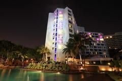 De toevlucht van de luxe met zwembad bij nacht royalty-vrije stock afbeeldingen