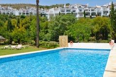 De toevlucht van de pool in Marbella stock afbeelding