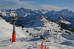 De toevlucht van de ski in de Alpen stock afbeeldingen