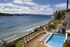 De toevlucht van het hotel door de meerkust Stock Foto