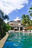 De toevlucht van het huis met een zwembad Royalty-vrije Stock Afbeeldingen