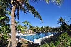 De Toevlucht Zwembad van het strandhotel Stock Afbeeldingen