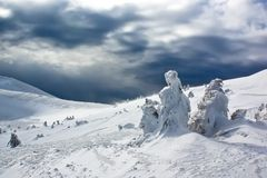 De toevluchtlandschap van de berg onder bewolkte hemel Stock Afbeeldingen