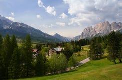 De toevluchtstad van Cortina in de Italiaanse Alpen stock afbeeldingen