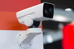 De toezichtcamera hangt op de muur stock fotografie