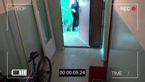 De toezichtcamera ving de rover in een masker die met een zak van buit wegvloeien stock footage