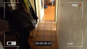 De toezichtcamera ving de rover in een masker die met een zak van buit wegvloeien stock videobeelden