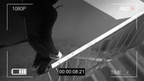 De toezichtcamera ving de rover in een masker met een koevoet stock footage