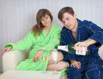 De toga van de mens giet aan de dame mousserende wijn Stock Foto's