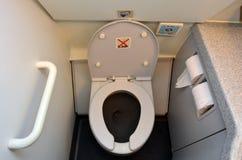 De toiletten van het vliegtuigentoilet stock afbeelding