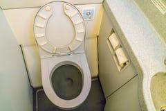 De toiletten van het vliegtuigentoilet aan boord van een jetlinervliegtuig stock foto's