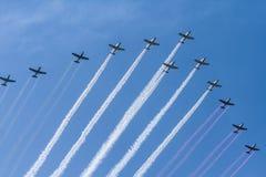 De tolv aerobatic nivåerna är grön, vit och röd rök för utsändande arkivfoto