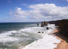 De tolv apostlarna är steniga utlöpare på sydkusten av Australien Royaltyfri Bild
