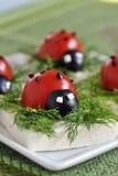 De tomaat en de olijf van het lieveheersbeestje met kaas Stock Afbeelding