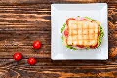 De tomaat van het sandwichbrood, sla en gele kaas stock fotografie