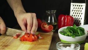De Tomaat van messenbesnoeiingen op Houten Raad stock video