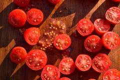 De tomaten van de besnoeiingsdruif op houten scherpe raad Royalty-vrije Stock Foto's