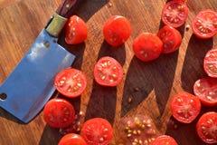 De tomaten van de besnoeiingsdruif op houten scherpe raad Stock Foto's